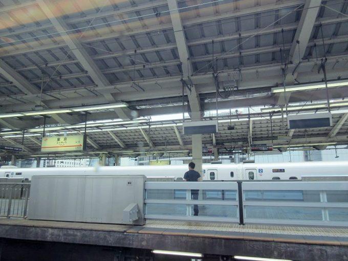 新幹線車内から見た東京駅ホーム